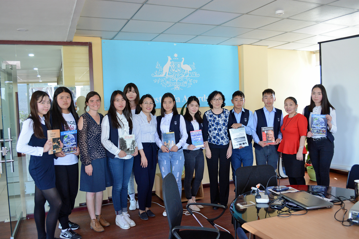 Australia Awards alumnus visited AAM office with her students